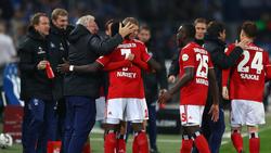 Die Spieler des HSV bejubeln den Auswärtssieg in Magdeburg