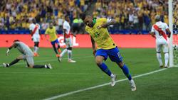 Dani Alves marcó el cuarto tanto de Brasil.