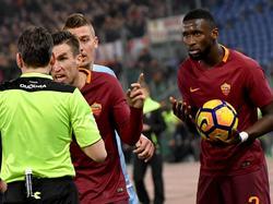 Een woedende Kevin Strootman (m.) laat de scheidsrechter weten dat hij racistische geluiden hoort vanaf de tribune tijdens het bekerduel Lazio Roma - AS Roma. Antonio Rüdiger (r.) zou het slachtoffer zijn. (01-03-2017)