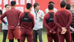 Li Tie, seleccionador de China, da instrucciones a sus pupilos.