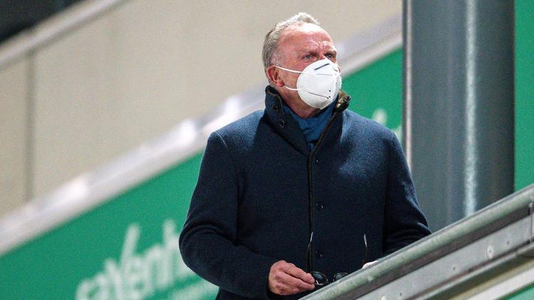 Am Ende trug FC-Bayern-Boss Karl-Heinz Rummenigge auf Schalke doch wieder eine FFP2-Maske