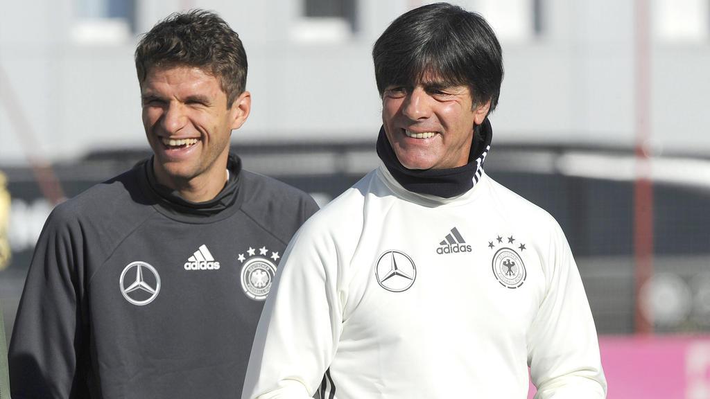 Thomas Müller (l.) vom FC Bayern war Ziel eines Spaßes von JOachim Löw