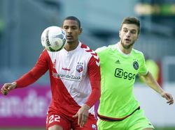 FC Utrecht-aanvaller Sébastien Haller kijkt geconcentreerd naar de bal die voor hem opstuitert. Joël Veltman van Ajax zet druk op de aanvaller (12-12-2015)