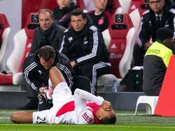 Kenny Tete is geblesseerd geraakt tijdens het competitieduel Ajax - Vitesse. (23-01-2016)