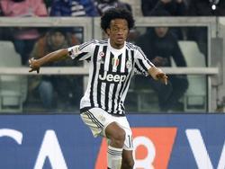 Juan Cuadrado kijkt geconcentreerd voor zich uit op het moment dat hij een dribbel inzet tijdens Juventus - Sassuolo Calcio. (11-03-2016)