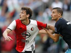 Eric Botteghin (l.) vecht een duel uit met Menno Koch (r.) tijdens de strijd om de Johan Cruijff Schaal tussen Feyenoord en PSV (31-07-2016).