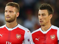 Shkodran Mustafi (l.) en Laurent Koscielny vormen het centrale duo van Arsenal in de Champions League tegen Paris Saint-Germain. (13-09-2016)