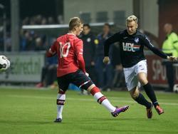 Ramon Lundqvist (l.) steekt wat laconiek zijn been uit als Alemão er op snelheid langs probeert te komen in de stadsderby tussen Jong PSV en FC Eindhoven. (21-10-2016)