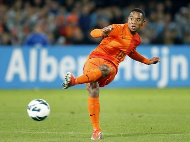 Urby Emanuelson verstuurt een pass in zijn zeventiende interland voor Oranje. Hij speelt mee in de WK-kwalificatiewedstrijd tegen Andorra. (13-10-2012)