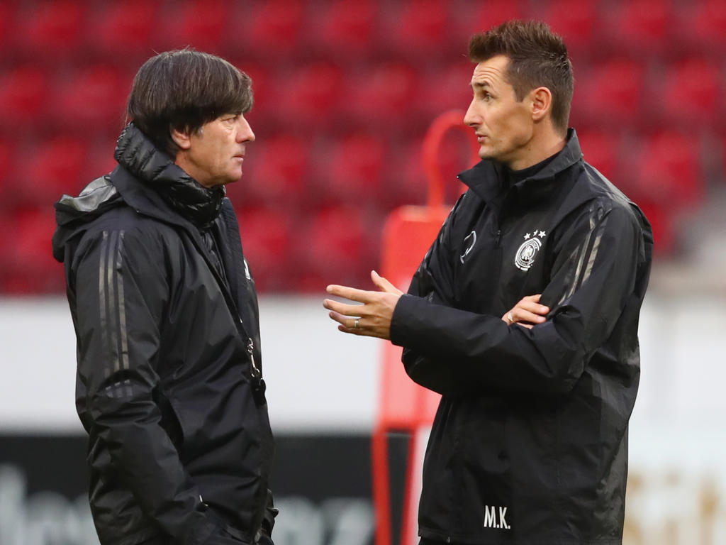 Joachim Löw (l.) krempelt seine Mannschaft im letzten WM-Quali-Spiel um