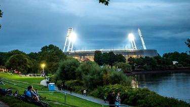 Fans auf dem Weg zum beleuchteten Weserstadion