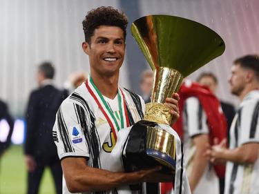 Cristiano posa con el último trofeo de la Serie A.