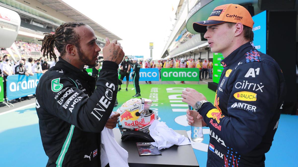 Lewis Hamilton (l.) und Max Verstappen dominieren die Saison 2021 bisher