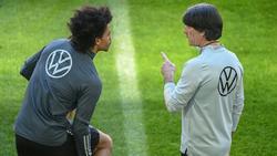 Leroy Sané erhält Anweisungen von Bundestrainer Jogi Löw