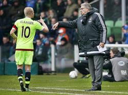 Davy Klaassen (l.) voert tijdens de wedstrijd FC Groningen - Ajax overleg met Hennie Spijkerman (r.), die door de afwezigheid van Frank de Boer de eindverantwoordelijke is. (14-02-2016)