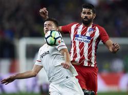 Lenglet controla un cuero adelantándose a Diego Costa. (Foto: Getty)