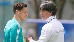 Bundestrainer Joachim Löw (l.) mit Mesut Özil im vergangenen Sommer