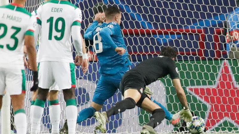 Juve-Spieler Aaron Ramsey (M) erzielt an Moskaus Torwart Guilherme (r) vorbei das erste Tor für sein Team
