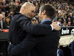 Zidane y Celades se abrazan en el último duelo liguero.