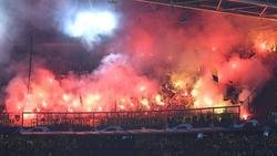 Beim Spiel in Amsterdam wird Pyrotechnik auf den Tribünen abgebrannt