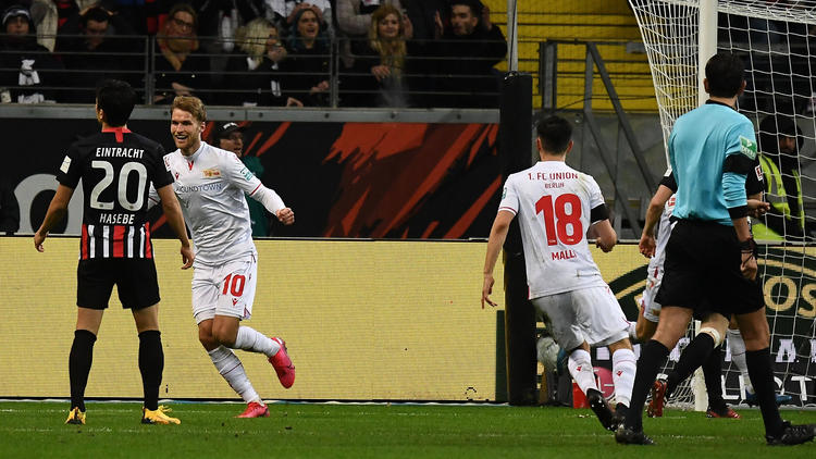 Der Berliner Andersson (Nr. 10) bejubelt das 1:0 gegen Eintracht Frankfurt