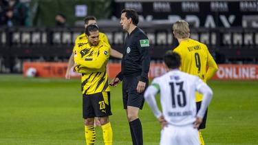 Schiri Manuel Gräfe (M.) stand bei Gladbach vs. BVB schnell im Mittelpunkt