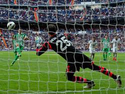 Jorge Molina (l.) trifft vom Elfmeterpunkt zum 2:1