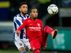 Caner Çavlan (l.) zet Jerson Cabral (r.) flink onder druk tijdens de competitiewedstrijd sc Heerenveen - FC Twente. (06-02-2016)