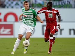 Kevin Kraus (l.) von der SpVgg Greuther Fürth im Zweikampf mit Mohamadou Idrissou vom 1. FC Kaiserslautern