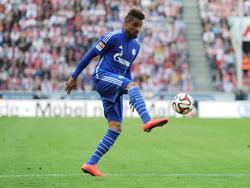 Kevin-Prince Boateng controleert de bal tijdens het competitieduel 1. FC Köln - FC Schalke 04. (10-05-2015)