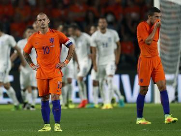 Wesley Sneijder (l.) en Kevin Strootman (r.) balen van de gelijkmaker van Griekenland. (01-09-2016)