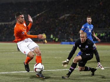 Voor de zoveelste keer stuit Robin van Persie (l.) op doelman Hannes Halldórsson tijdens de kwalificatiewedstrijd IJsland - Nederland. (13-10-2014)