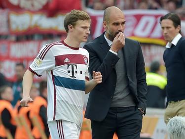 Rico Strieder krijgt vlak na zijn debuut voor Bayern München tijdens het duel met Bayer Leverkusen feedback van Pep Guardiola. (02-05-2015)