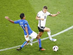 Éder (izq.) intenta robarle el cuero a Toni Kroos en el último Alemania - Italia. (Foto: Getty)