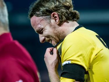 Ronnie Stam moet vlak voor rust geblesseerd van het veld tegen Sparta. (01-04-2016)