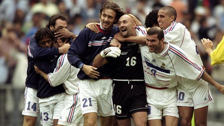 Christophe Dugarry (Mitte, Nr. 21) gewann mit Frankreich dem WM- und EM-Titel