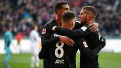Die Frankfurter Sébastien Haller, Luka Jovic und Ante Rebic (l-r) jubeln