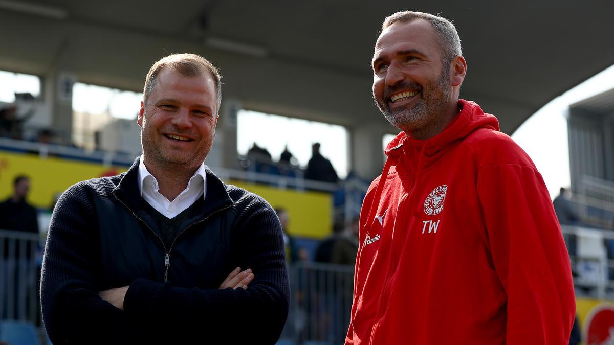 Kiels Geschäftsführer Fabian Wohlgemuth (l.) hat eine Anfrage für Tim Walter bestätigt