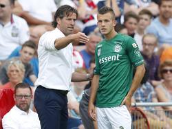 Trainer Ernest Faber (l.) geeft Jesper Drost (r.) instructies tijdens de uitwedstrijd tegen PSV. (28-08-2016)