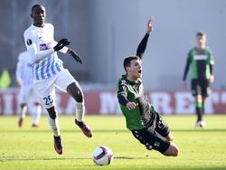 Wilfred Ndidi (l.) vecht een duel uit met Luca Mazzitelli (r.) tijdens het Europa League-duel Sassuolo - KRC Genk (09-12-2016).