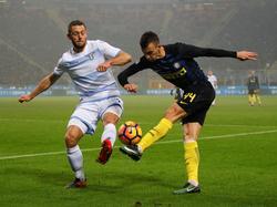 Stefan de Vrij (l.) probeert een voorzet van Ivan Perišić (r.) te blokken tijdens het competitieduel tussen Lazio Roma en Inter. (21-12-2016)