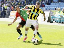 Alexander Büttner (r.) is Mohamed Rayhi (l.) te snel af tijdens de Gelderse derby Vitesse - NEC Nijmegen (02-04-2017).