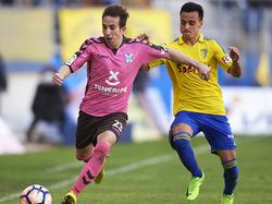 Álvaro (dcha.) pugna el cuero contra Raúl Cámara del Tenerife. (Foto: Getty)
