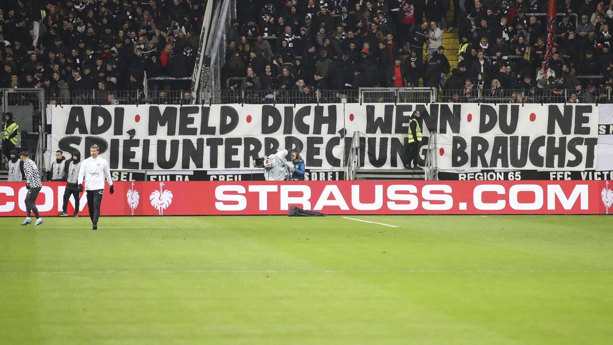 Banner sind vor dem Spiel zwischen Eintracht Frankfurt und Werder Bremen im Stadion zu sehen