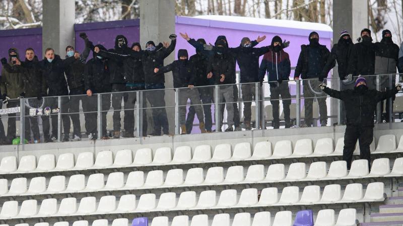 Zuschauer stehen beim Spiel des FC Erzgebirge Aue gegen Fortuna Düsseldorf auf der Tribüne