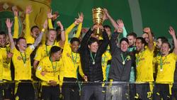 Edin Terzic (M.) holte mit dem BVB den DFB-Pokal