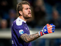 Vitesse krijgt een vrije trap, dus sc Heerenveen-doelman Kristoffer Nordfelt zet het muurtje neer tijdens de play-offwedstrijd. (28-05-2016)