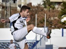 Admir Bajrović heeft de bal tijdens het oefenduel KV Oostende - NEC Nijmegen. (09-01-2015)