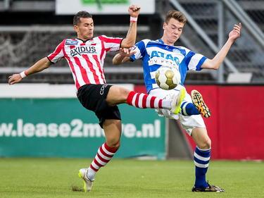Denis Mahmudov probeert namens Sparta Rotterdam de bal in bezit te houden.  Bart Straalman van De Graafschap maakt het de Spartaan moeilijk. (08-05-2015).
