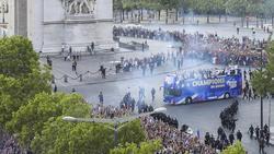 Über 300.000 Menschen warteten stundenlang auf den Champs-Élysées bis der Bus mit den Weltmeistern endlich kam